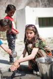 走向学校的孩子在斯卡都,巴基斯坦 库存图片
