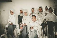 走向学校的孩子在斯卡都,巴基斯坦 免版税图库摄影