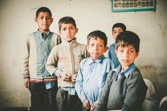 走向学校的孩子在斯卡都,巴基斯坦 免版税库存照片