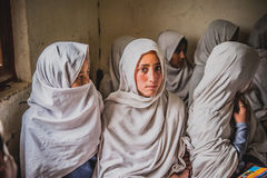 走向学校的孩子在斯卡都,巴基斯坦 库存照片