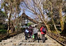 走向寺庙的人们在京都,日本 免版税库存照片