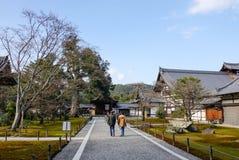 走向寺庙的人们在大阪,日本 免版税图库摄影