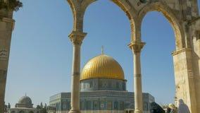 走向岩石的圆顶的妇女在耶路撒冷 免版税库存照片