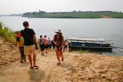 走向横跨河的小船的人们在Innwa,缅甸 库存照片