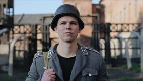 走向照相机的一名年轻德国士兵的画象 死亡收容所重建的一个被弄脏的看法在的 股票录像