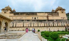 走向琥珀色的堡垒的人们在斋浦尔,印度 图库摄影