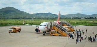 走向飞机的人们在机场在海防市,越南 免版税库存照片