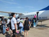 走向飞机的人们在Tan儿子Nhat机场,越南 库存图片