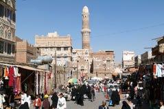 走和买在老萨那市场上的人们  库存图片
