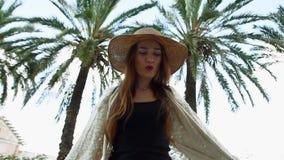 走和享受晴朗的夏日的俏丽的年轻微笑的妇女游人 股票录像