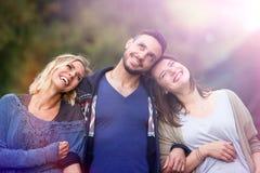 走和享用太阳的两名妇女和人 库存照片