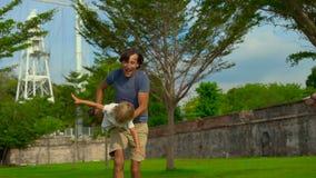 走和使用在槟榔岛海岛,马来西亚上的堡垒康沃利斯的父亲和儿子的慢动作射击 股票视频