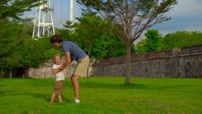 走和使用在槟榔岛海岛,马来西亚上的堡垒康沃利斯的父亲和儿子的慢动作射击 股票录像