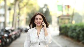 走和拜访电话慢动作的妇女 股票视频
