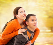 走和拥抱在秋天公园的美好和愉快的夫妇 免版税库存照片