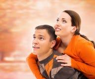 走和拥抱在秋天公园的美好和愉快的夫妇 免版税图库摄影