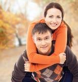 走和拥抱在秋天公园的美好和愉快的夫妇 库存照片