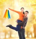 走和拥抱在秋天公园的美好和愉快的夫妇 图库摄影