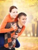 走和拥抱在秋天公园的美好和愉快的夫妇 免版税库存图片