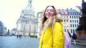 走和摆在秘密审议的微笑的妇女画象在美好的视域中的美丽的欧洲城市德累斯顿 股票视频