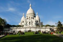 走和放松在Basilique du Sacre Coeur前面的人们 图库摄影