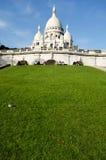 走和放松在Basilique du Sacre Coeur前面的人们 库存照片