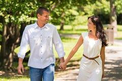 走和笑在公园的夫妇 图库摄影