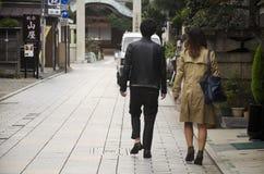 走和约会在街道上的日本人在K的小胡同 库存图片