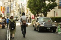 走和约会在街道上的日本人在S小胡同  免版税库存图片