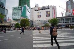 走和购物在原宿,地标和普遍的竹下街道的本地人和旅客旅游景点 Toky 免版税库存照片