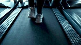走和运行在踏车健身房的女性腿后面看法  影视素材