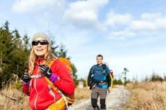走和远足在山行迹的夫妇 免版税库存图片