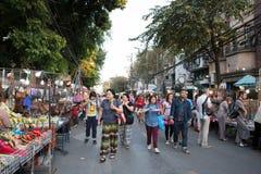 走和购物在星期天走的街道的人们 免版税库存图片