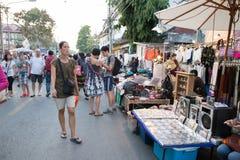 走和购物在星期天走的街道的人们 库存照片