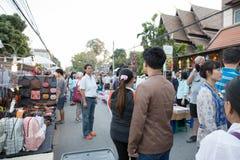 走和购物在星期天走的街道的人们 免版税库存照片
