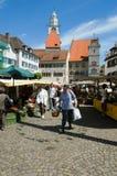 走和购物在Ueberlingen市场上的人们  免版税库存照片