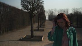 走在一个公园的时尚爱的年轻女人在春天-赤裸树在Rundale公园-晴朗的天气的愉快的女孩 影视素材