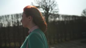 走在一个公园的时尚爱的年轻女人在春天-赤裸树在Rundale公园-晴朗的天气的愉快的女孩 股票录像