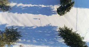 走在一个多雪的风景4k的远足者 股票录像