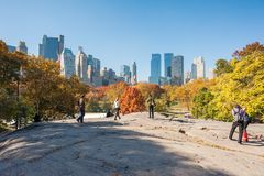 走在一个岩石的人们在中央公园 免版税库存图片