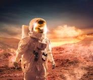 走在一个未探测的行星的宇航员 免版税库存照片
