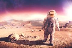走在一个未探测的行星的宇航员 库存照片
