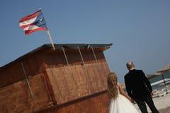 走在一个海滩的婚礼夫妇在古巴 库存图片