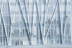 走在一个现代企业大厦前面的一个单身 免版税库存照片