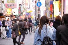 走在一个繁忙的区域的妇女。 免版税库存图片