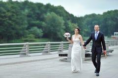 走在一个老镇的婚礼夫妇 免版税库存图片