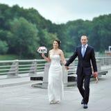 走在一个老镇的婚礼夫妇 库存图片