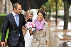 走在一个老镇的婚礼夫妇 图库摄影