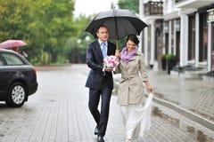 走在一个老镇的年轻婚礼夫妇 库存图片