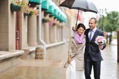 走在一个老镇的年轻婚礼夫妇 图库摄影